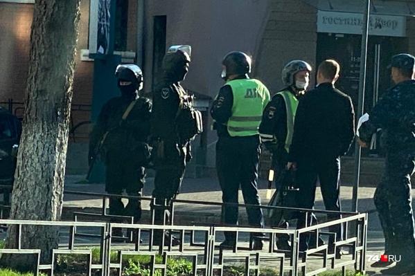 Сотрудники полиции с оружием рассредоточились на улицах вокруг полицейского главка