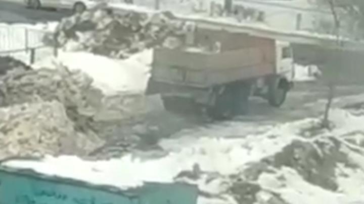 В Уфе грузовик сбрасывал грязный снег напротив гимназии и детского садика, очевидец снял это на видео
