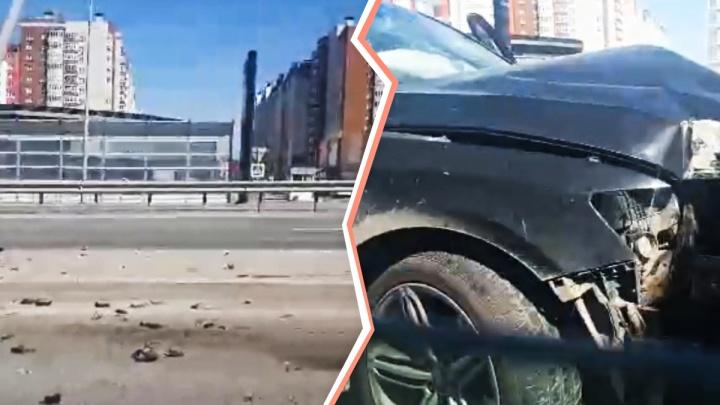 «За рулем была жена»: водитель Audi снес дорожные ограждения на объездной