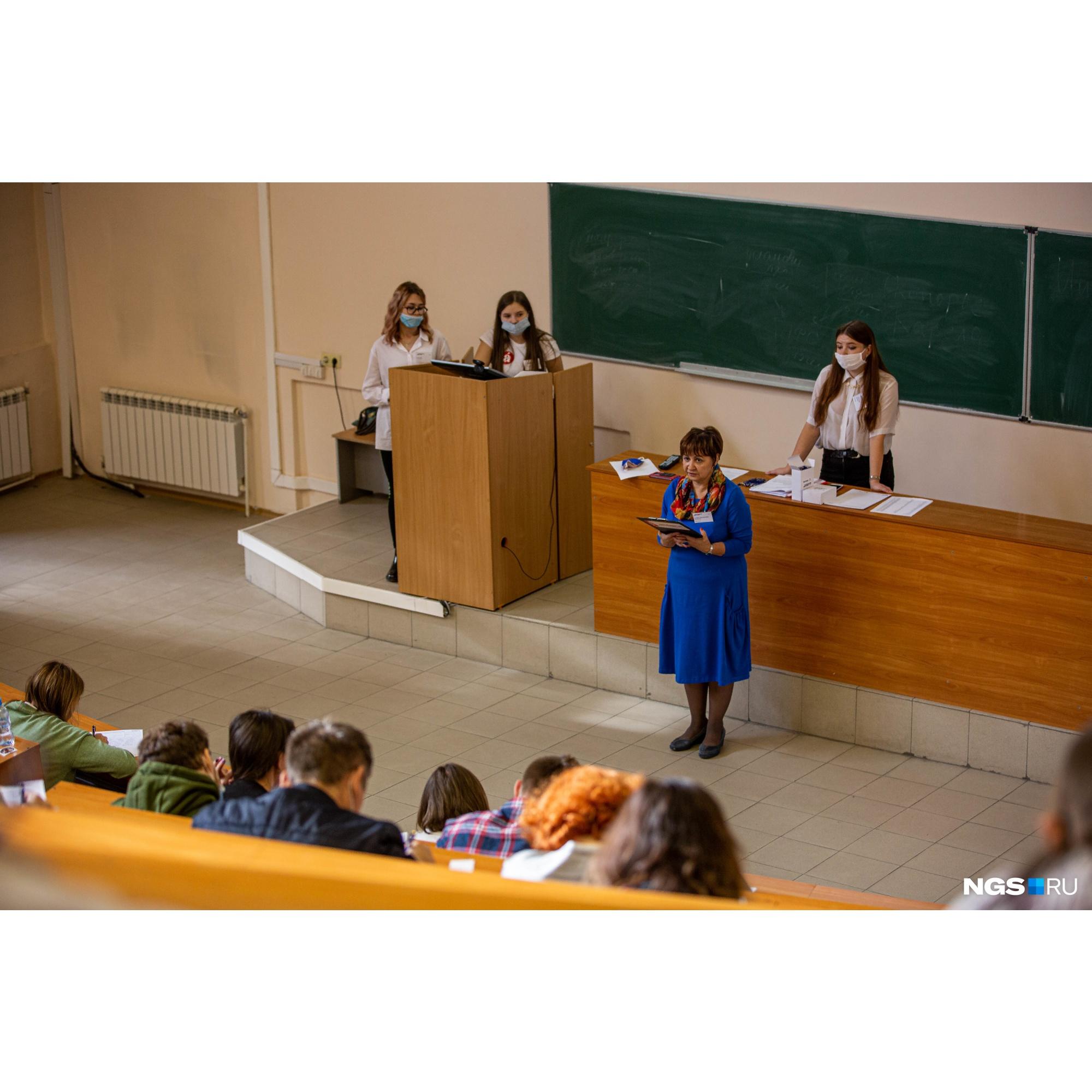 Текст диктанта читали преподаватели кафедры филологии
