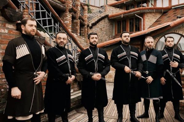 Грузинский ансамбль исполнил песню под гитару