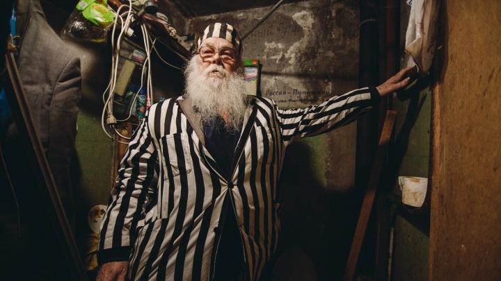 Старик в полосатой робе: история тюменца, которого считают городским сумасшедшим