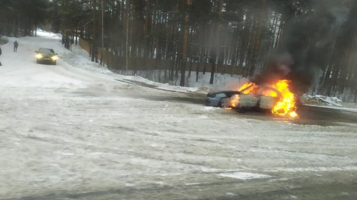 «Водитель бросил ключи и побежал»: на ЕКАД загорелся автомобиль