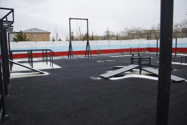 На территории спорткомплекса установят уличные тренажеры и сделают площадку для воркаута