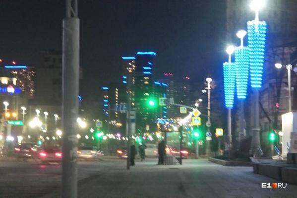 Синим подсветили не только здания, но и сами улицы