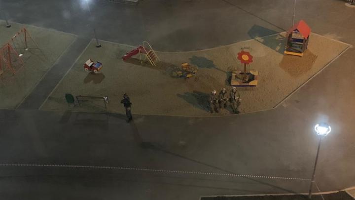 «Мужик оставил его, спешно покинул территорию»: в Екатеринбурге из-за чемодана оцепили двор