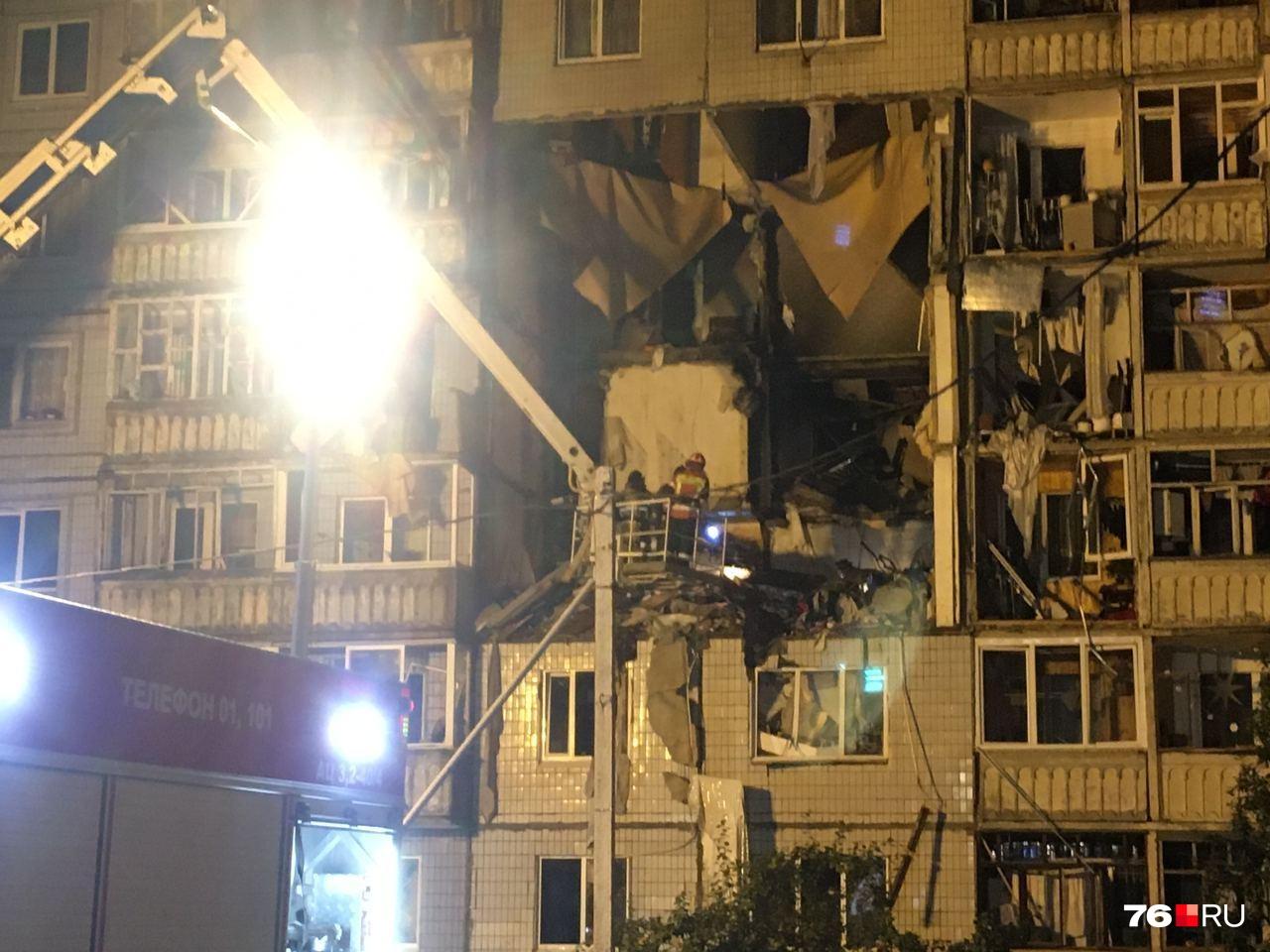 Спасатели продолжают искать пострадавших под завалами