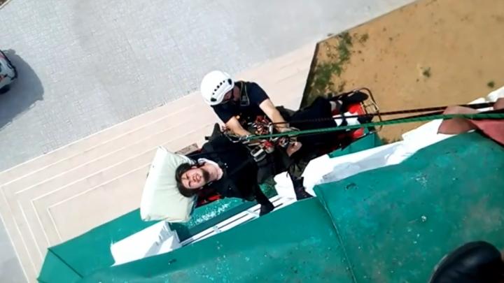Опускали на веревках с 26-метровой высоты: ярославские спасатели сняли батюшку с колокольни