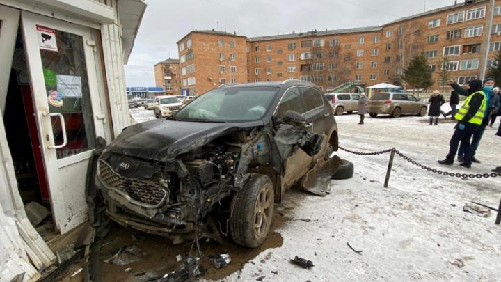 Трезвый водитель на KIA вылетел с дороги: он сбил двух мальчиков и мужчину. Видео