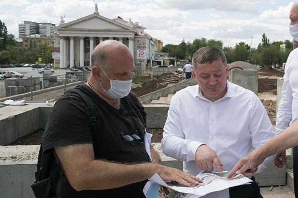 Архитектор Алексей Лисин и губернатор Андрей Бочаров сравнивают с рисунком окружающую действительность