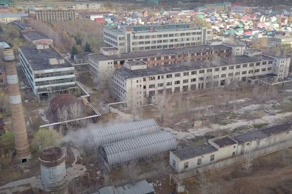 Завод находится в поселке Шмидта
