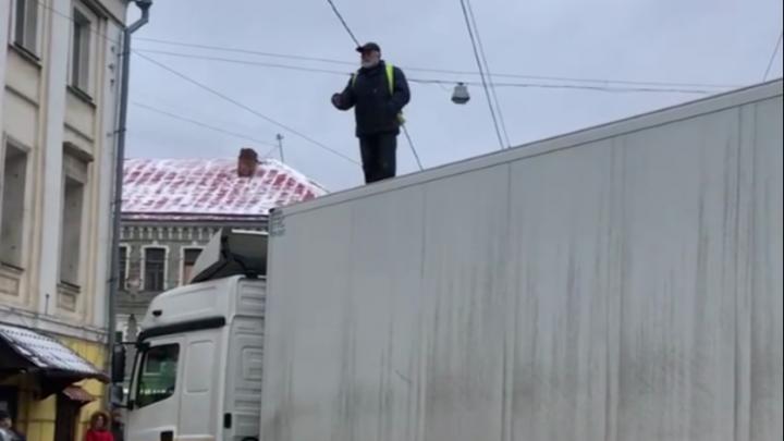 Дальнобойщик, который перекрыл проезд по московской улице в знак протеста, застрял в Уфе без работы