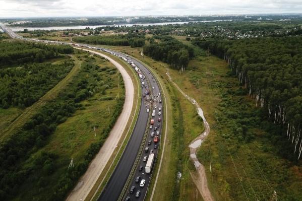 Трафик с Юбилейного моста сотрудники ГИБДД перенаправляют на Октябрьский мост