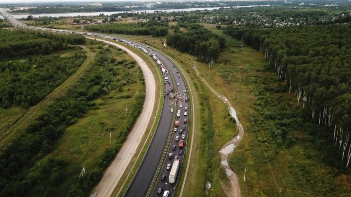 Фура протаранила отбойник и перевернулась: фоторепортаж с места ДТП на Юбилейном мосту в Ярославле