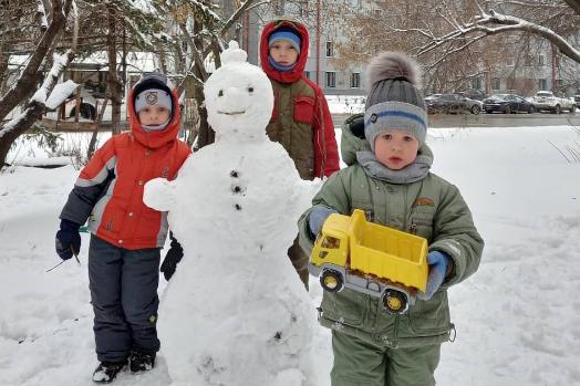 Погода сегодня вполне кофмортная для лепки снеговиков и игры в снежки