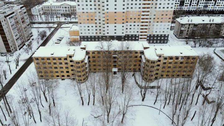 «На пять этажей у нас было две душевые». Летаем над старым кампусом УПИ, который снесут ради высотки