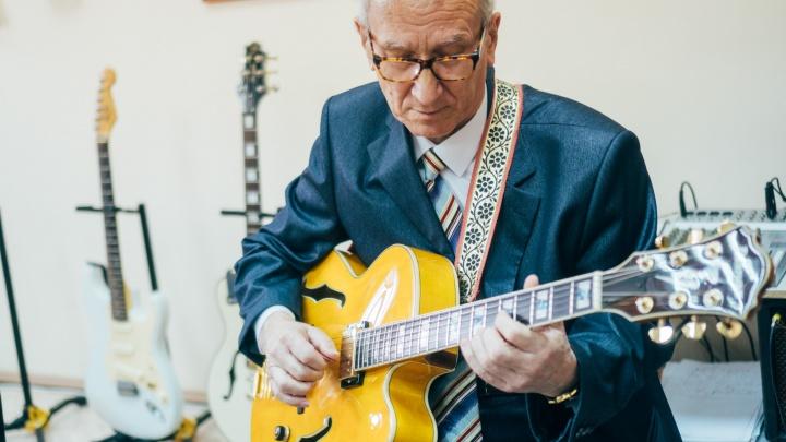 """«Обычно просят """"Батарейку""""»: 72-летний джаз-гитарист учит детей в Саргатке и не собирается на пенсию"""