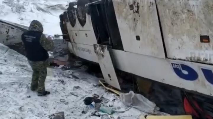 Оба автобуса перевернулись: появилось видео с места аварии волгоградских автобусов под Тамбовом