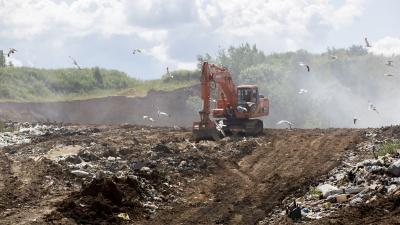 «Вы всё врёте и мешаете. Уходите!»: что происходит на горящей мусорной свалке в Ярославской области