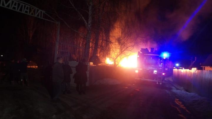 В саду у ЕКАД огонь уничтожил несколько жилых домов