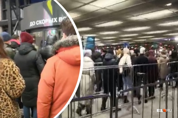 Посетители стоят в очереди на вход в магазин «Икеа» и на выход из ТЦ
