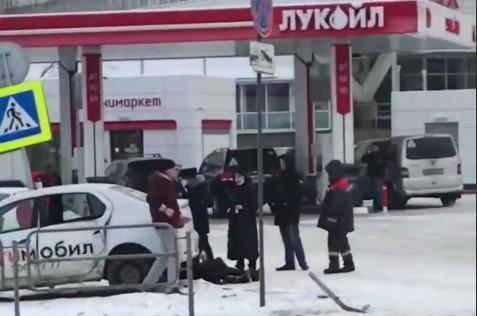 В Челябинске вылетевшее на тротуар такси сбило женщину. Момент ДТП попал на видео