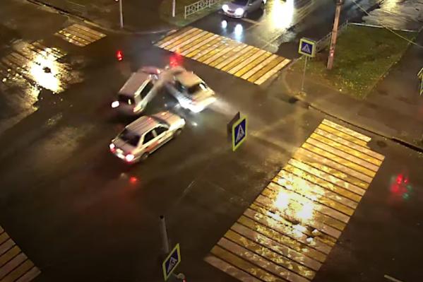 В этой аварии виноват водитель, который почему-то тронулся на красный свет