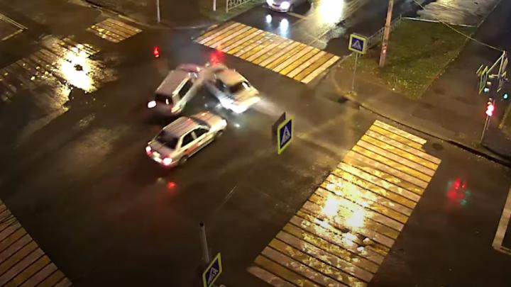 Дорожное видео недели: погоня за пьяным, жесткое столкновение на перекрестке и опасный проезд на красный