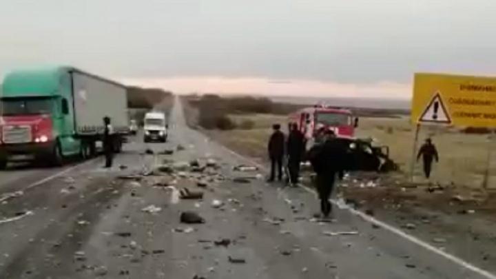 Мужчина погиб на месте, женщина — в реанимации: иномарку на трассе Волгоград — Ростов разорвало в ДТП с КАМАЗом