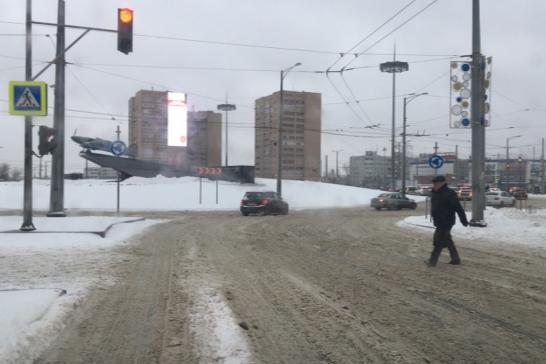 Пешеходные переходы есть только на Московском шоссе и проспекте Кирова, перейти само кольцо и попасть к памятнику по правилам не получится