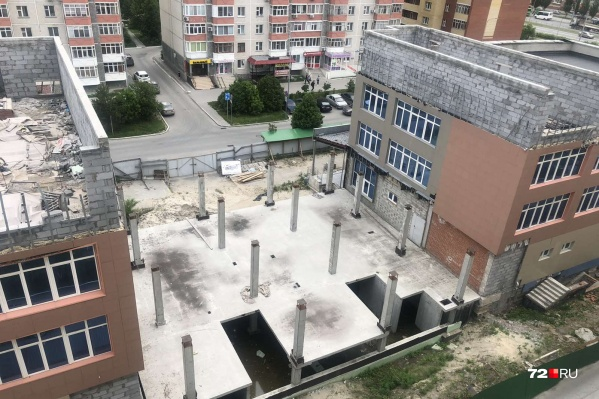 Более двух лет здания находятся в таком состоянии