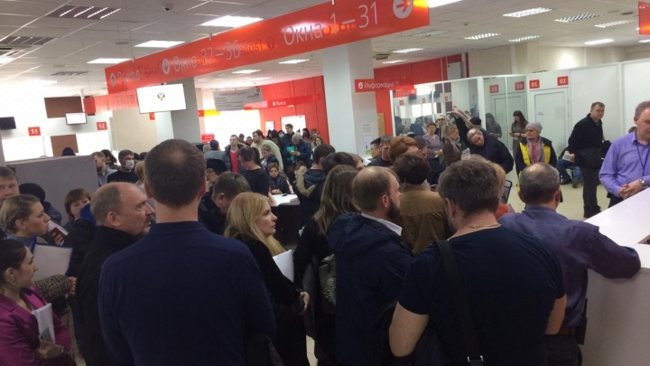 «Срываются сделки»: в МФЦ собралась толпа покупателей квартир — центр закрывается на неделю
