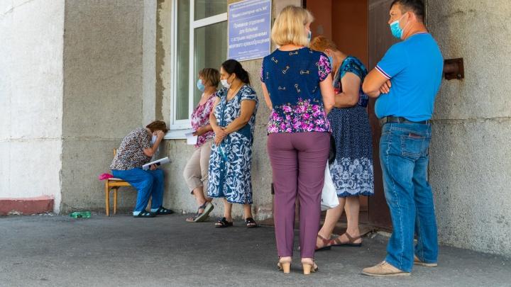 «На врачей смотреть страшно — мозоли на лице»: репортаж из приёмника омской ковидной больницы