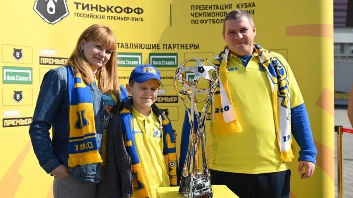 В Ростов привезли новый кубок РПЛ: публикуем фотографии ростовчан с трофеем