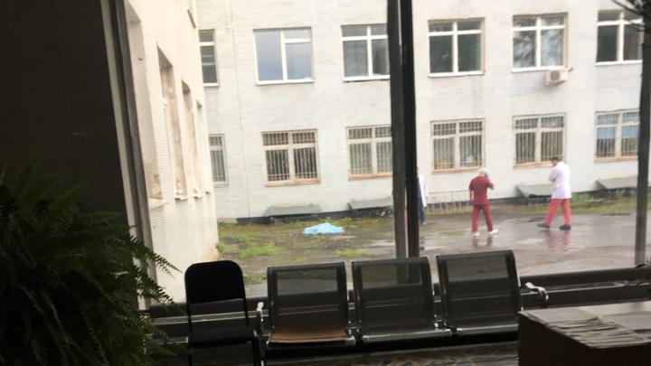 Разбился насмерть: из окна в ГКБ №40 выпал дедушка