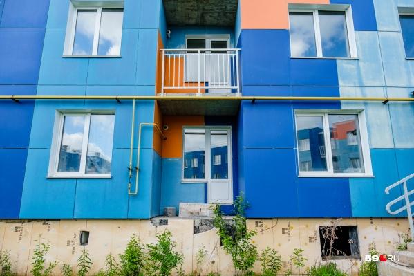Домики разноцветные, но жить в них невозможно