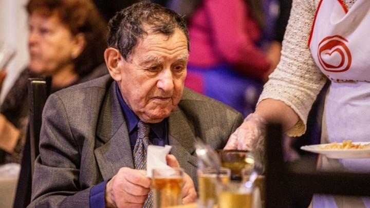 Организаторы «Добродомика» решили одеть пенсионеров, которые приходят на бесплатные обеды