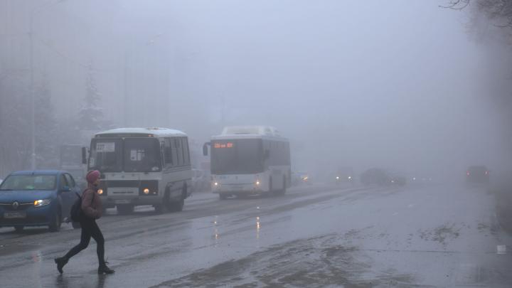 Мгла окутала Уфу: улицы, здания, люди — в тумане всё выглядит иначе