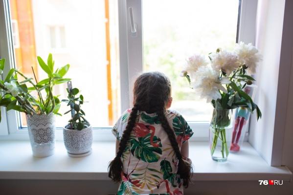 Начиная с этой недели в самоизоляции можно не только смотреть в окно — у детей началось дистанционное обучение