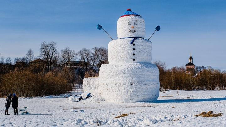 «Собрали весь снег с окрестных полей». В Прикамье слепили 12-метрового снеговика