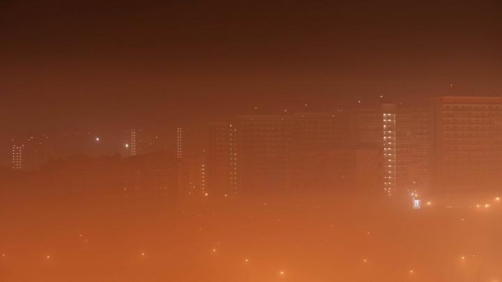 Красноярец снял плотный туман поздней ночью в Солнечном
