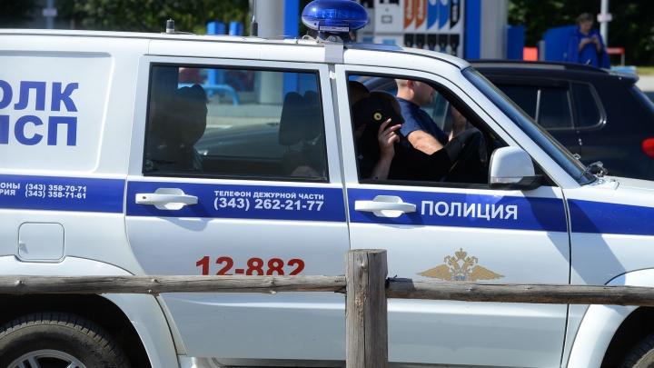 На ВИЗе мужчина бегал по улице и угрожал людям ножом