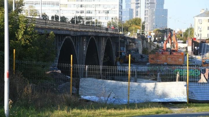 В Екатеринбурге начали разбирать старую часть Макаровского моста