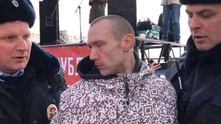 Рамку снесли, человек задержан: сняли видео потасовки с полицией на митинге в Архангельске