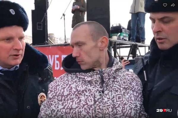 Кто задержанный мужчина, пока неизвестно. В пресс-службе регионального УМВД 29.RU оперативно не смогли прокомментировать информацию о задержании