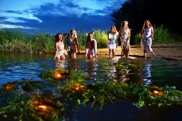Пускать венки по реке — одна из традиций этого праздника