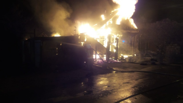 Соседи-азербайджанцы вытащили троих детей и женщину из горящего дома в Екатеринбурге