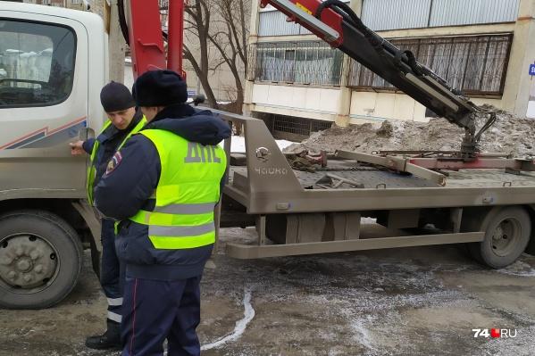 Водитель эвакуатора приехал убирать незаконно припаркованные машины и сам попал под штраф