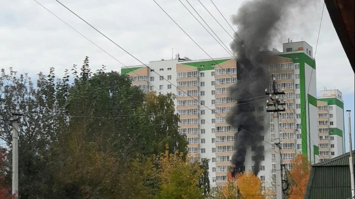 В Тюмени загорелась двухкомнатная квартира. Пожарные спасли из высотки 11 человек