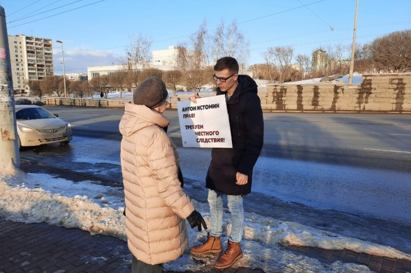 С плакатом Рябухин вышел на улицу Карла Либкнехта